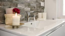 Kylpyhuoneen vesihanasta valuu vettä.