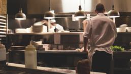 Keittiöhenkilökuntaa ravintolan keittiössä