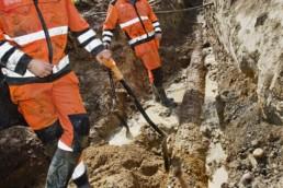 Työhenkilöitä kaivuumontussa.