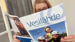 Ihminen lukee Kouvolan Veden asiakaslehti Vesilähdettä 1/2019