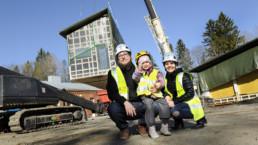 Iida Rajamäki, Ville Tikkanen ja Miia-tytär rakennustyömaalla Korian Pioneeripuistossa Kouvolassa. Kuva Johannes Wiehn.