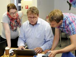 Teija Suutari, Timo Kyntäjä ja Ari Mikkelä harjoittelemassa toimintaa Kouvolan Veden ja sen yhteistyötahojen häiriötilanneharjoituksessa. Kuva Johannes Wiehn.