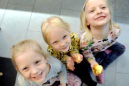 Hymyileviä lapsia syömässä hedelmiä