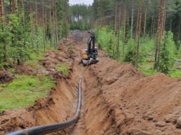 Kuusankosken yhdysvesijohtoa kaivetaan maahan.