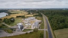 Ilmakuva Kouvolan Mäkikylän jätevedenpuhdistamon yläpuolelta.